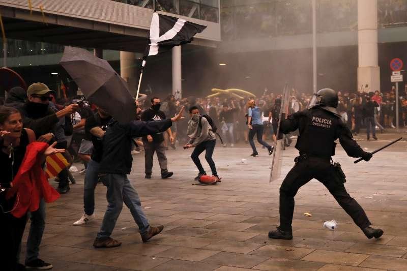 加泰隆尼亞示威:群眾占領巴塞隆納國際機場爆發警民衝突(AP)