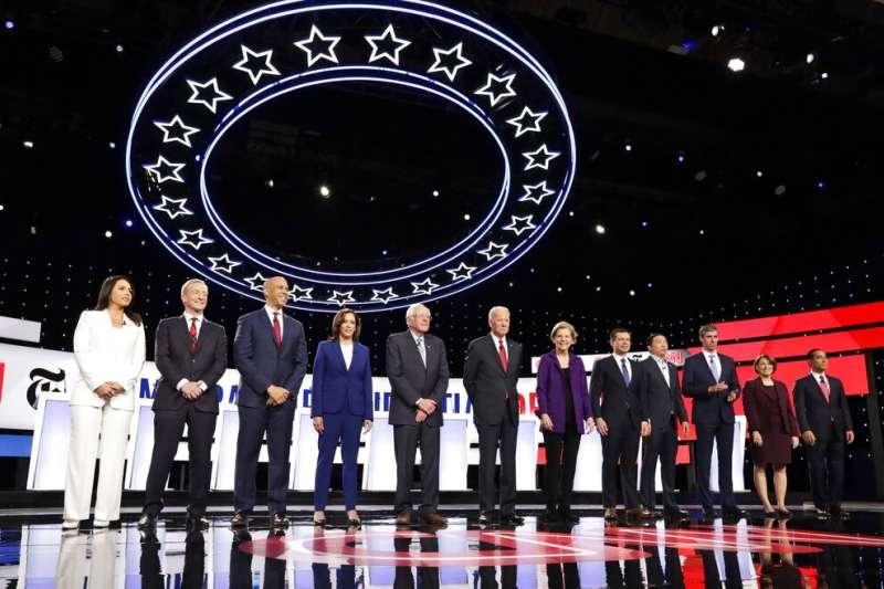 美國民主黨12位總統參選人10月15日出席總統初選辯論會。(AP)