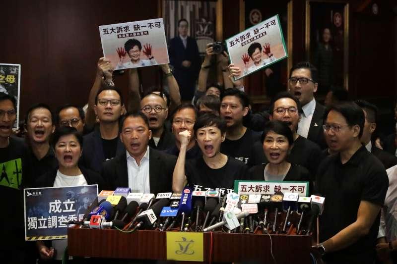 香港泛民主派議員在立法會議場表達對林鄭月娥的不滿。(美聯社)