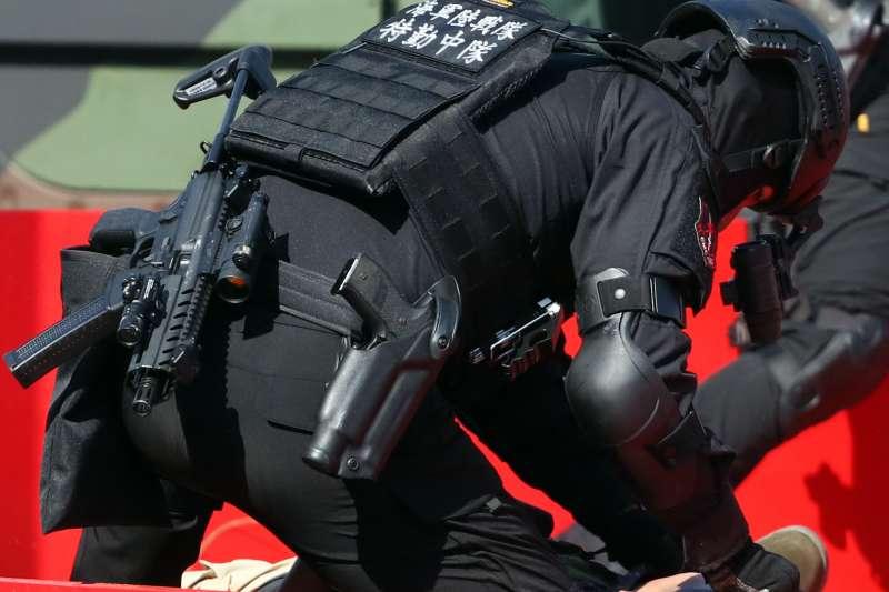 20191016-陸戰特勤隊這次在國慶大會執行反恐演練的槍枝,包括MPX衝鋒槍、P226手槍均令人眼睛為之一亮。有消息指這批槍械是跟著去年歸國的海軍派里級艦而來。圖中特勤隊員正在逮捕暴徒,身上的新槍引人注目。(蘇仲泓攝)