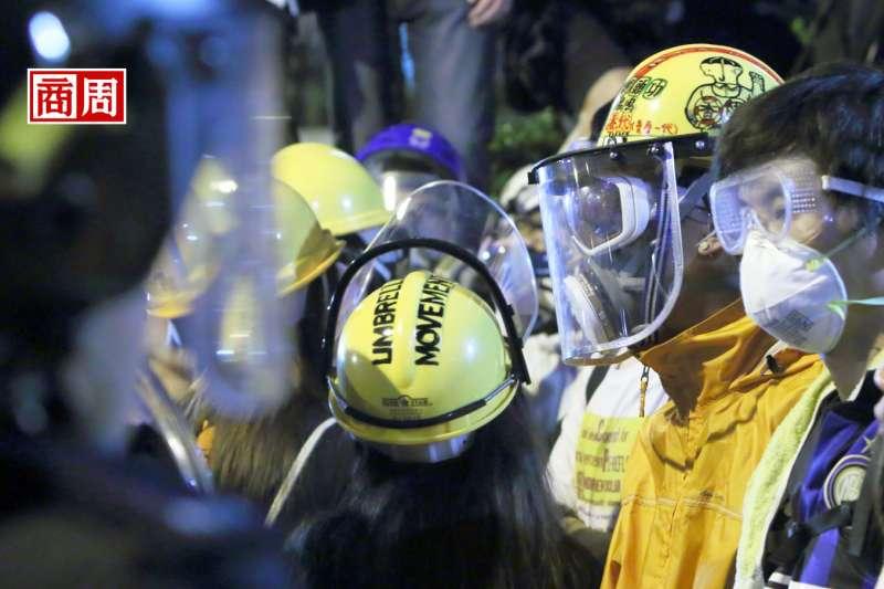 10月的香港,因《禁蒙面法》宣布施行,全港18個區都激起民眾猛烈抗爭,遍地烽火。(圖.Dreamstime)