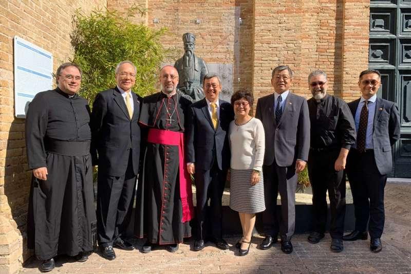 副總統陳建仁(左四)拜訪明朝傳教士利瑪竇在義大利的故鄉,並與主教馬可尼(左三)合影。(總統府提供)