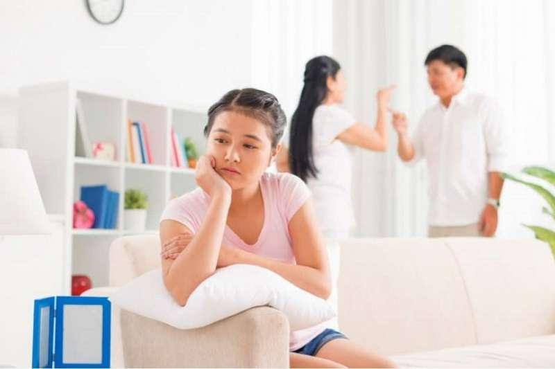 小孩就算沒說出口,心裡還是會有個小聲音,認為自己是造成父母離婚的罪魁禍首。(圖/Hello醫師)