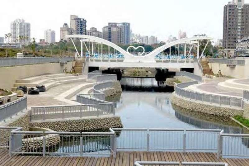 十三期重劃區內擁有八座結合生態景觀並融入地方特色的橋樑、渠道內設有親水步道,提供友善的活動空間。(圖/臺中市政府提供)