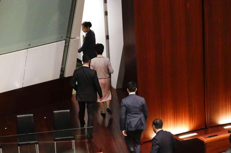 由於泛民派議員不斷干擾抗議,林鄭月娥最後決定離開議場,改採電視直播方式宣讀。(美聯社)