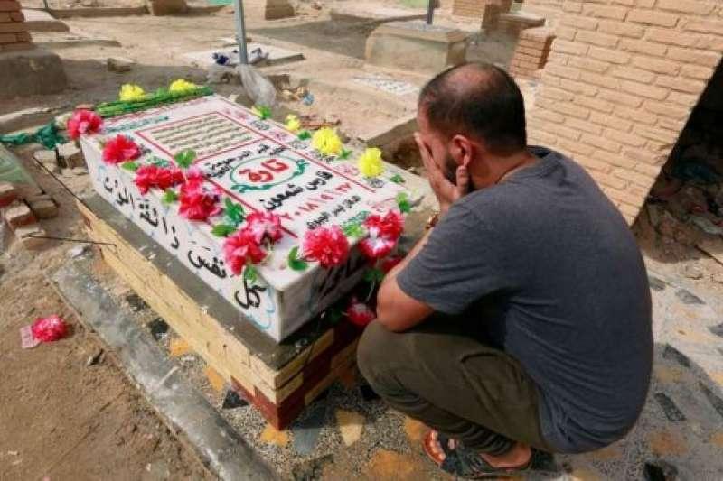 塔拉·法雷斯的墓地仍然有人前來悼念。(BBC中文網)