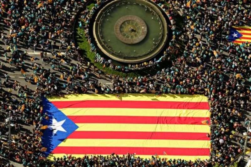 2019年9月11日,西班牙自治區加泰隆尼亞民族日,民眾集會打出爭取獨立的旗幟。(BBC中文網)
