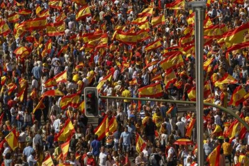 2017年10月7日,加泰隆尼亞獨立公投後,西班牙首都馬德里支持統一的集會聲勢浩大。(BBC中文網)