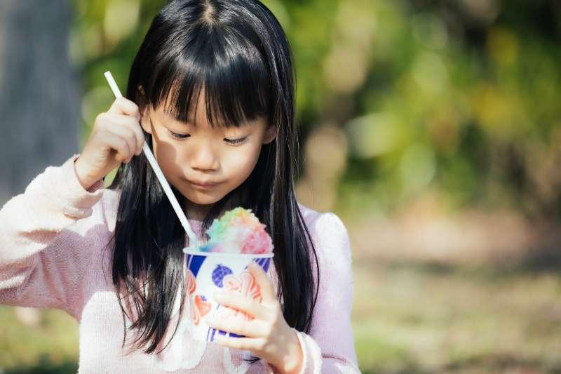 吃太多零食、甜點,會讓小孩有過動傾向,真是這樣嗎?(示意圖/pakutaso)