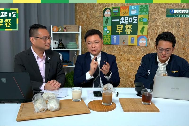 高雄立委趙天麟(中)16日接受總統蔡英文競選發言人阮昭雄(左)、廖泰翔(右)主持的《一起吃早餐》直播節目專訪。(取自Youtube《一起吃早餐》節目影片)