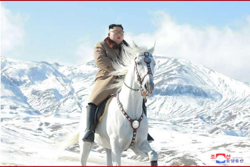 北韓官媒《朝鮮中央社》16日發布金正恩登上白頭山的宣傳照。(朝中社)