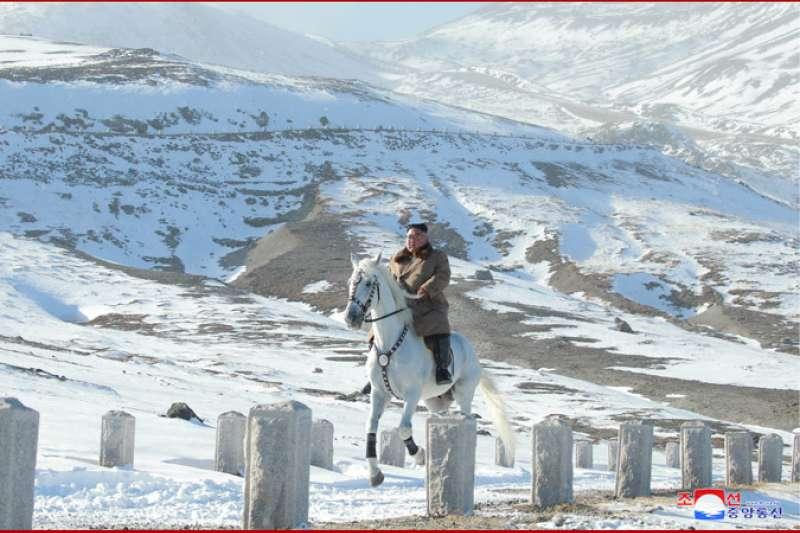 朝中社公布了北韓領導人金正恩在白頭山上騎白馬奔馳在雪原上的照片,並報道稱,這是朝鮮革命史上具有重大意義的重大事件。(朝中社)