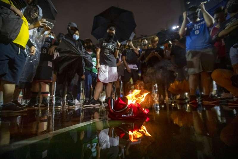 抗議民眾聚集焚燒詹姆斯球衣。(美聯社)