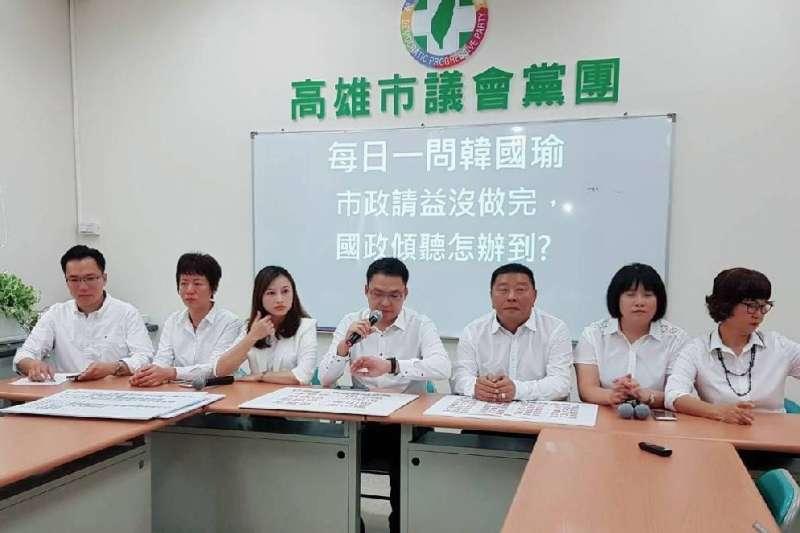 民進黨高雄青連線議員召開記者會,呼籲請假中的韓國瑜市長在巡迴全台各地傾聽之前,先將剩下的請益之旅完成。(圖/議員康裕成提供)