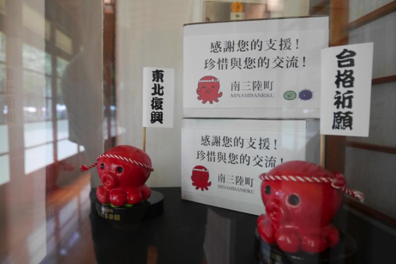 在工藝品特展中,也可以看到角落擺放著南三陸町吉祥物「章魚君」,旁邊用中文寫著感謝字句。(圖/鄭羽琪攝)