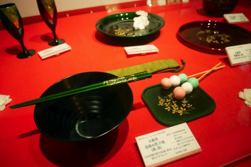 「玉蟲塗」漆器源於仙台,已有近百年歷史,如今常在高級料亭中用來點綴氣氛。(圖/鄭羽琪攝)