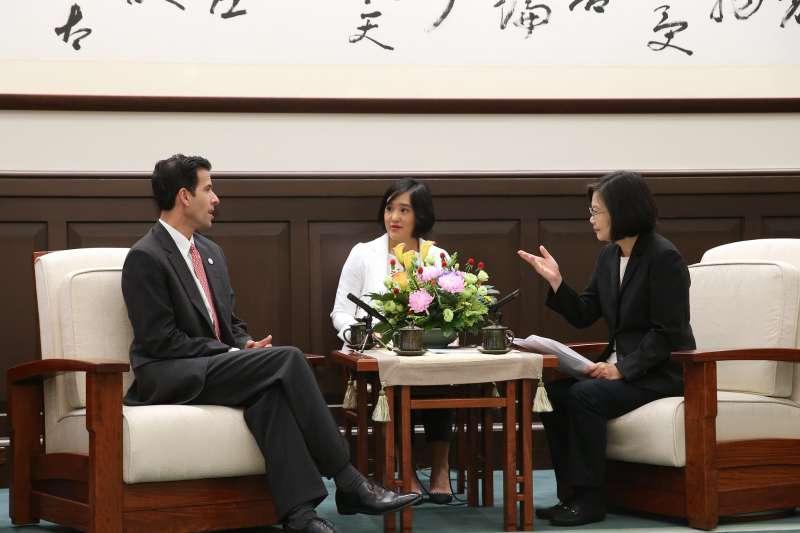 總統蔡英文17日上午接見美國「共和黨國際事務協會」(IRI)訪問團。(取自總統府@Flickr)