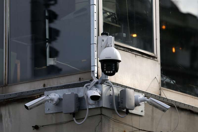 中國將科技監控結合社會信用系統,人民的日常生活在政府面前無所遁形。圖為上海一架華為監視攝影機。(AP)