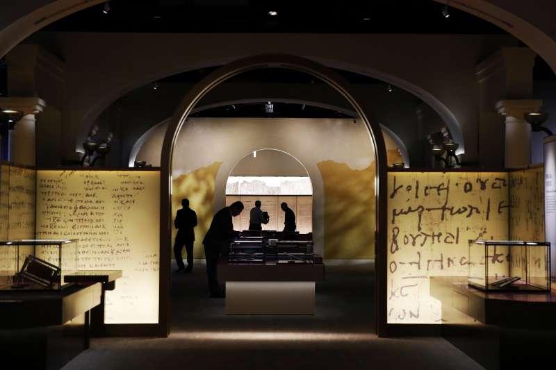 聖經是永遠的經典。圖為美國華府的聖經博物館。英國牛津大學教授歐賓克遭控竊取埃及探索協會擁有的古聖經碎片,賣給美國的格林家族在此博物館展出(美聯社)
