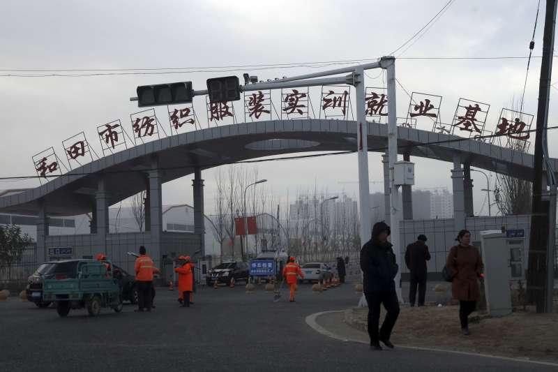 中國聲稱在新疆設立的「再教育營」是職業訓練基地。(AP)