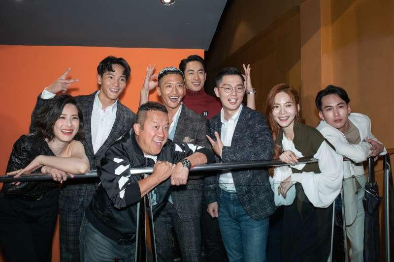 電影《聖人大盜》主演群出席首映會,導演徐嘉凱(前左三)、曾志偉(前左二)、賴雅妍(前右二)。(雙囍娛樂提供)