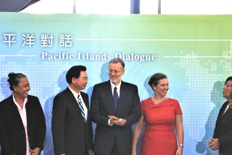 吳釗燮(左三)與美國主管太平洋事務副助卿孫曉雅(右二)為「太平洋對話」揭開序幕。(簡恒宇攝)