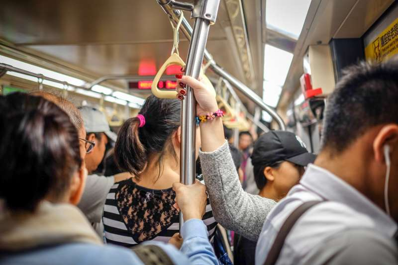 台北捷運公司統計大眾最不能忍受的搭捷運行為,狂滑手機、背包撞人都有上榜(圖/Unsplash)