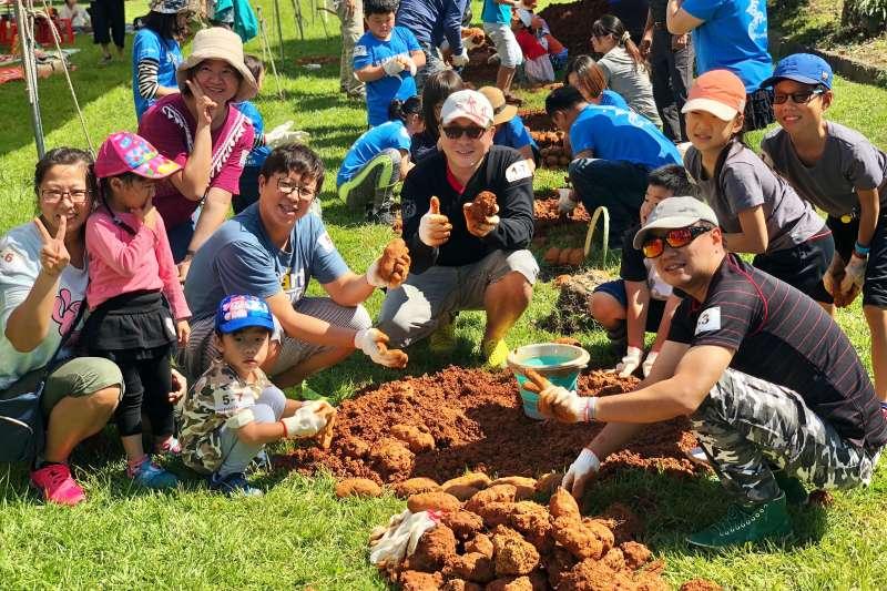 新北哈客樂園19日(六)上午9點30分的哈客嘉年華準時開跑,「焢窯趣-哈客薯來飽」將在新北哈客樂園的大草原打造21座土窯。  (圖/新北市客家局提供)