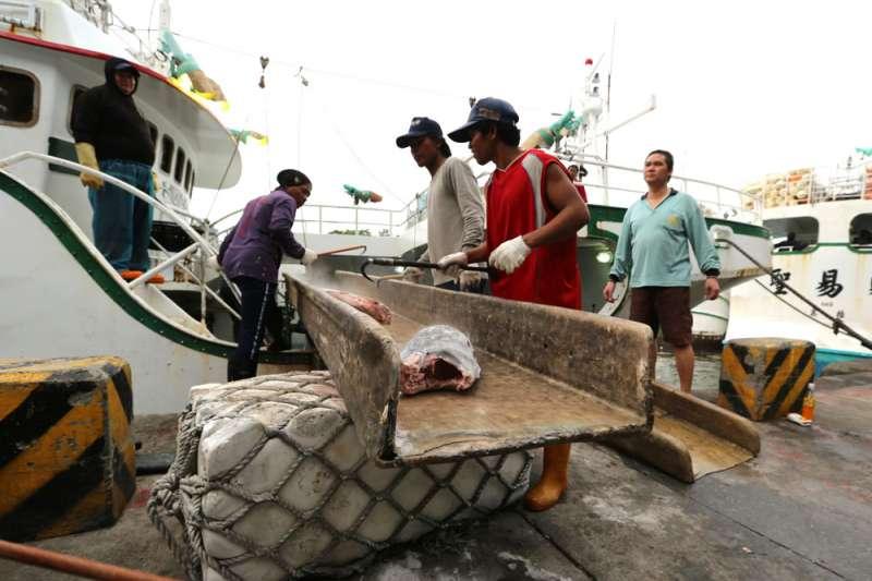 台灣仍有七千多名外籍漁工在勞工保險的保障之外。(林瑞慶攝)