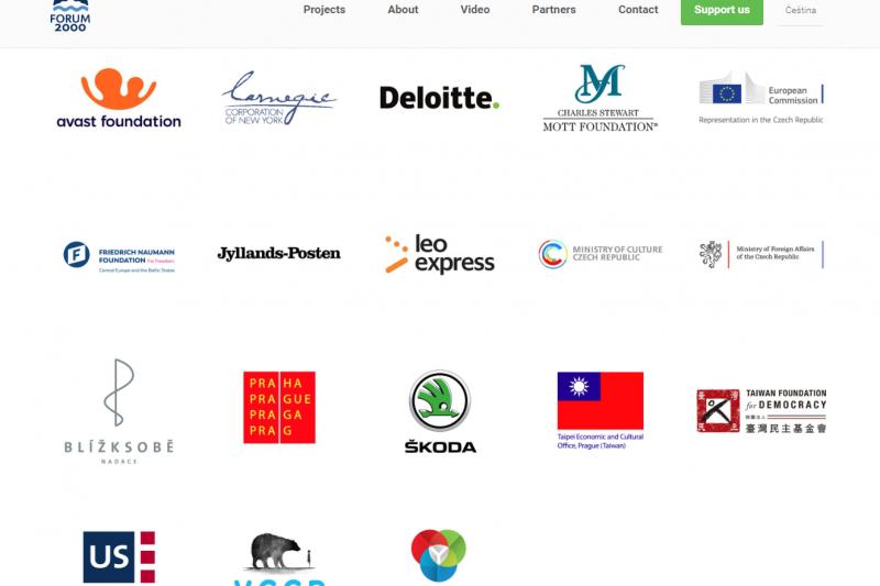捷克公元兩千論壇夥伴名單出現我國國旗和台灣民主基金會標誌(翻攝公元兩千論壇官網)