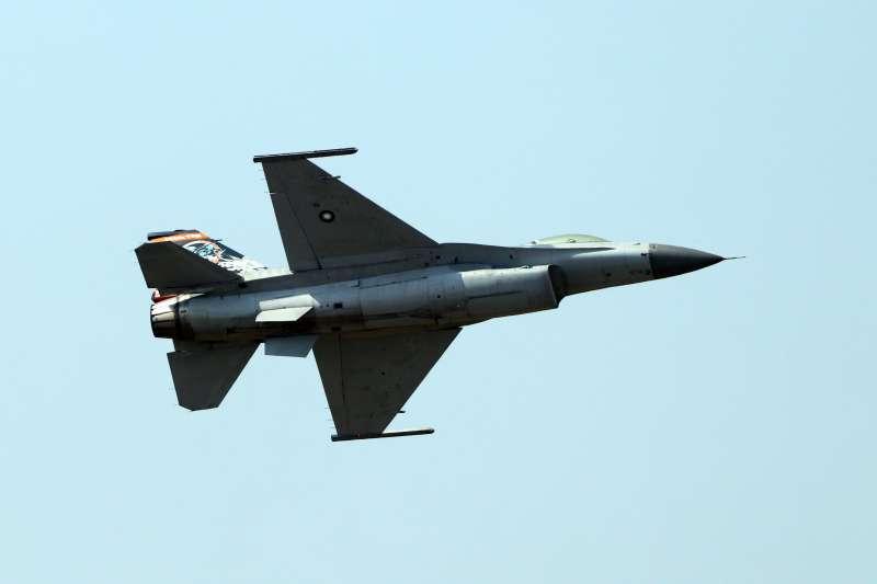 20191017-空軍台南基地周六舉行營區開放,今天舉行全兵力預校。圖為F-16戰機帶來精彩動態飛行展示。(蘇仲泓攝)