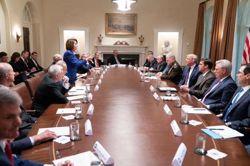 川普在與民主黨人不歡而散之後,更在臉書上貼出裴洛西等人照片,表示「神經兮兮崩潰的人是她!」(川普推特)