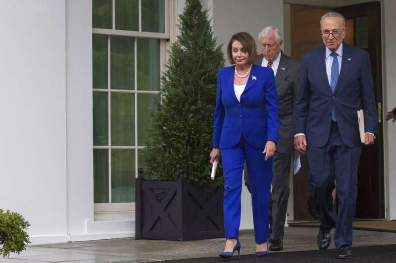裴洛西一行人在受到川普侮辱之後,逕自走出白宮西廂。(美聯社)
