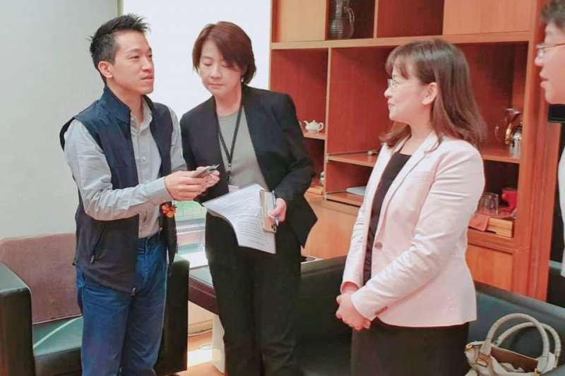剛上任的台北市副市長黃珊珊到立法院拜會朝野立委,左為民進黨立委何志偉。(黃珊珊臉書)