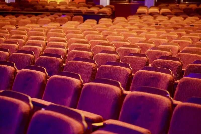 許多人休閒娛樂最愛去的場所就是電影院,但虛擬電影院少掉電影院的聲光效果,是否仍有吸引力?(圖/取自pixabay)