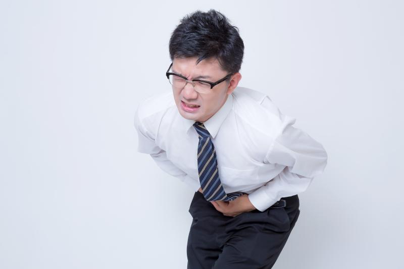 吃太飽胃潰瘍怎麼辦?喝六君子湯舒緩胃痛。(圖/pakutaso)