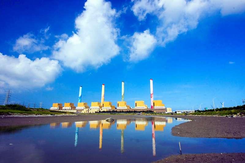 台中電廠採取短、中、長期空汙防制積極改善措施,將來計劃「2氣6煤」方式運轉,可進一步降低空污排放。(圖/台電公司提供)