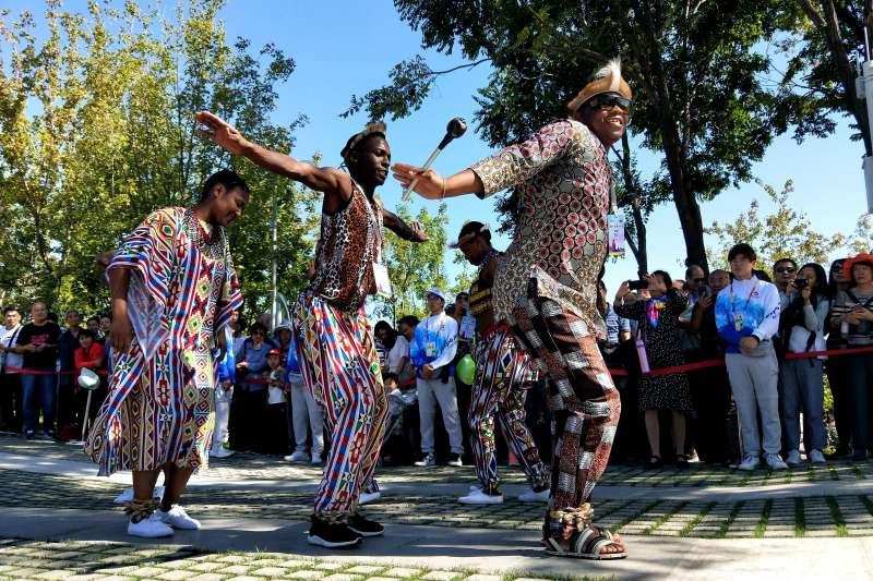 北京世園會非洲舞者在草坪劇場為遊客表演(新華社)