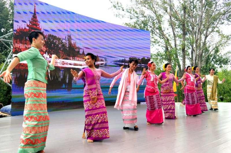北京世園會緬甸日上,觀眾與緬甸舞者一起舞蹈。(新華社)