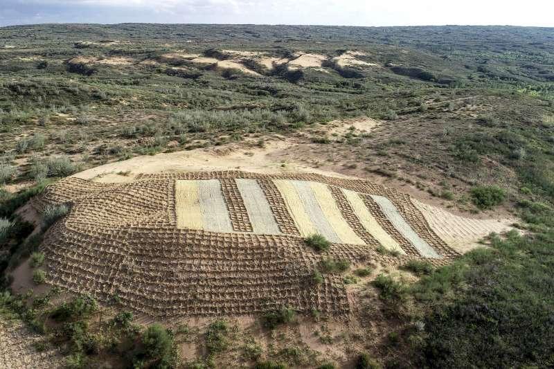 寧夏鹽池縣沙泉灣荒漠化綜合治理示範專案區內,連片的沙丘已經消失,只剩下一片留作實驗觀察的沙地。(新華社)