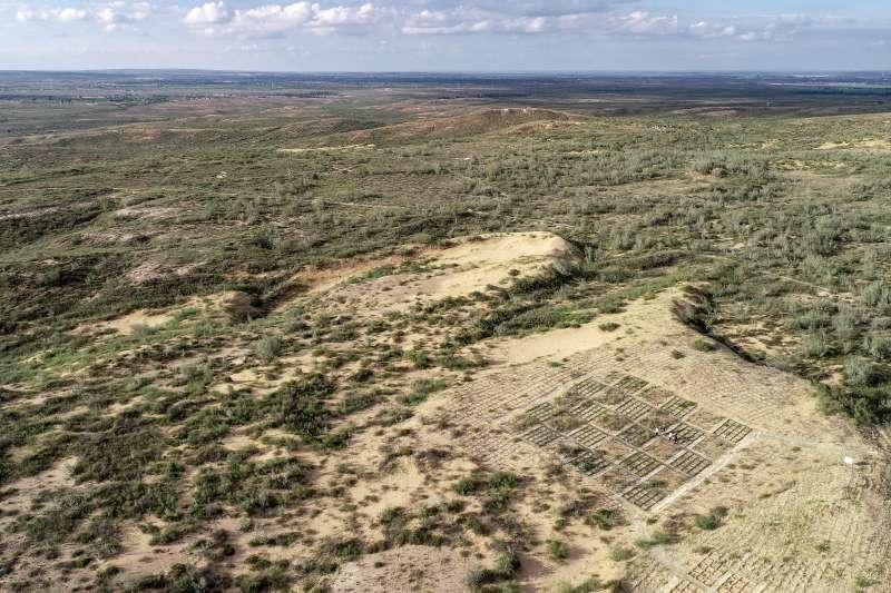 寧夏鹽池縣沙泉灣荒漠化綜合治理示範專案區內,留作實驗觀察的沙地。(新華社)