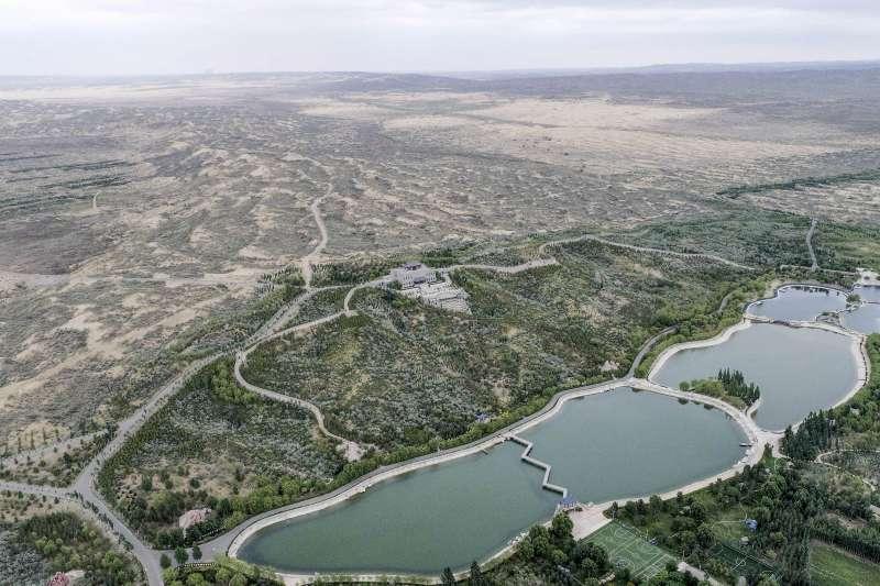 這是寧夏靈武白芨灘國家級自然保護區內的白芨灘國家沙漠公園,遠處僅存的沙區成為人們瞭解這裡生態變遷的對照區域。(新華社)