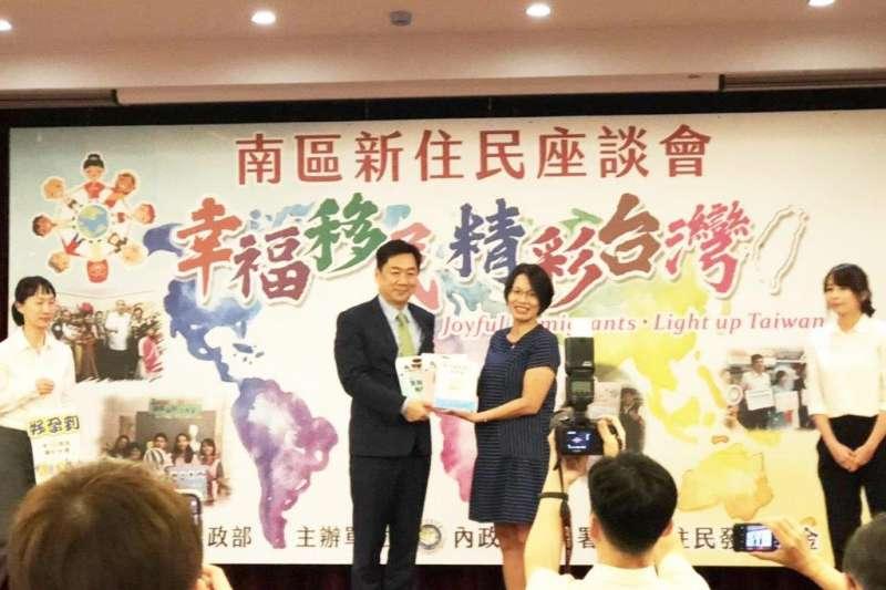 內政部政務次長陳宗彥(左)讚許青河努力不懈精神,堪稱新住民的表率。(圖/內政部移民署提供)