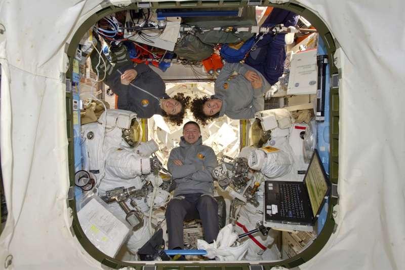 NASA女太空人克莉絲蒂娜.柯克(左)與潔西卡.梅爾(右)替國際太空站修補太陽能電池,完成史上首次「全女性太空漫步」。(AP)