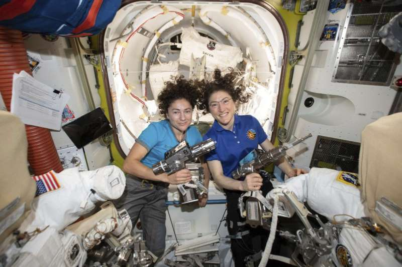 NASA女太空人克莉絲蒂娜.柯克(右)與潔西卡.梅爾18日替國際太空站修補太陽能電池,完成史上首次「全女性太空漫步」。(AP)