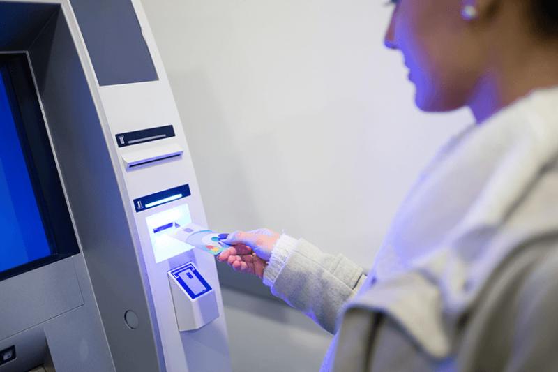 國內銀行ATM 17日傍晚大當機,導致民眾無法跨行提款。