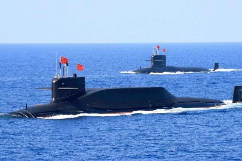 一艘中國094改進型戰略飛彈核潛艇2018年4月12日在南中國海參加演習。(美聯社)