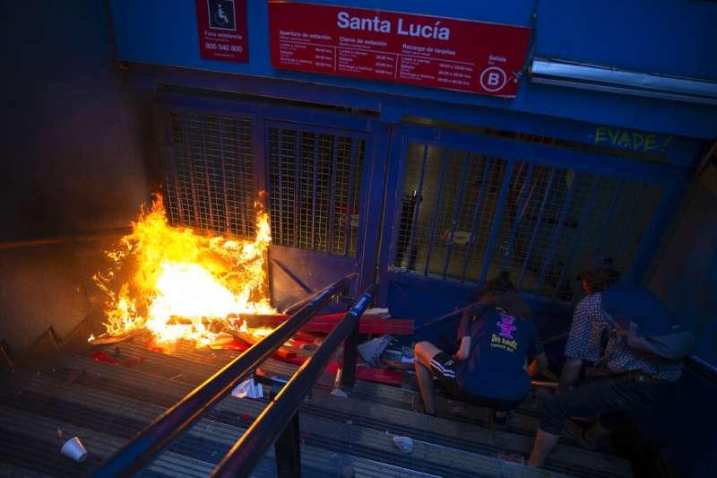 18日晚間,聖地牙哥市內有7處地鐵站遭人縱火焚燒。(AP)