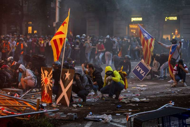 西班牙支持加泰隆尼亞獨立的民眾18日湧上巴塞隆納街頭,與警方爆發激烈衝突。(AP)