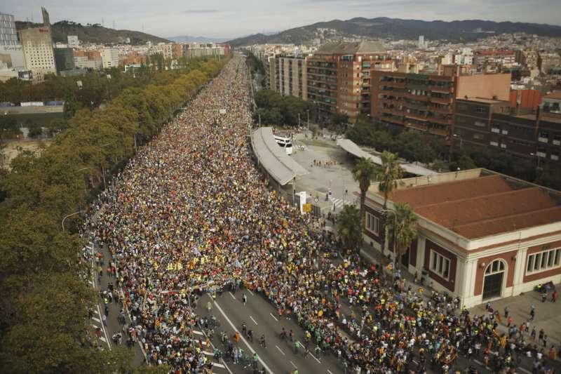 西班牙超過52萬支持加泰隆尼亞獨立的民眾18日湧上巴塞隆納街頭。(AP)